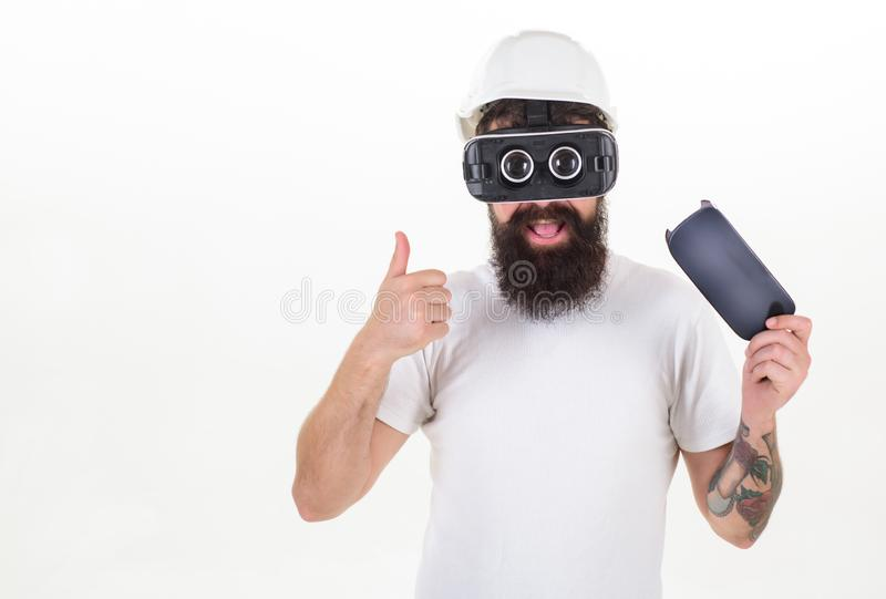 Homem farpado que veste óculos de proteção da realidade virtual no estúdio Retrato de óculos de proteção vestindo do vr do homem  imagens de stock royalty free