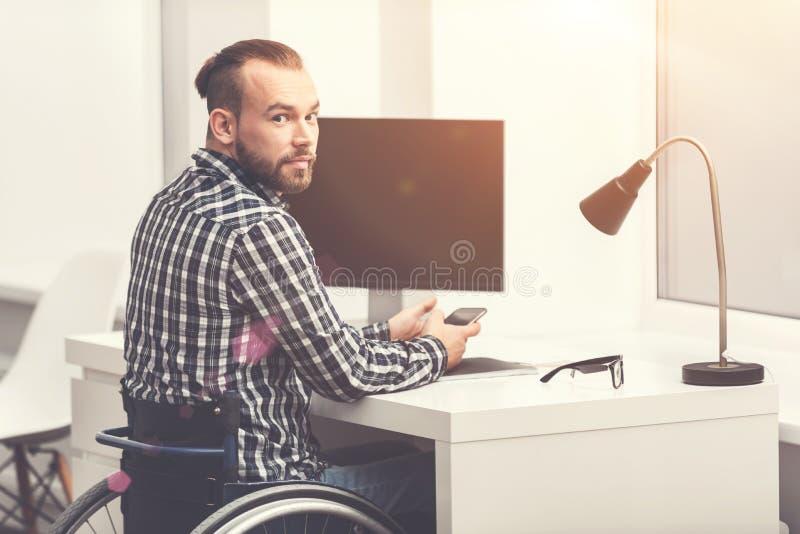 Homem farpado sério que trabalha no escritório foto de stock