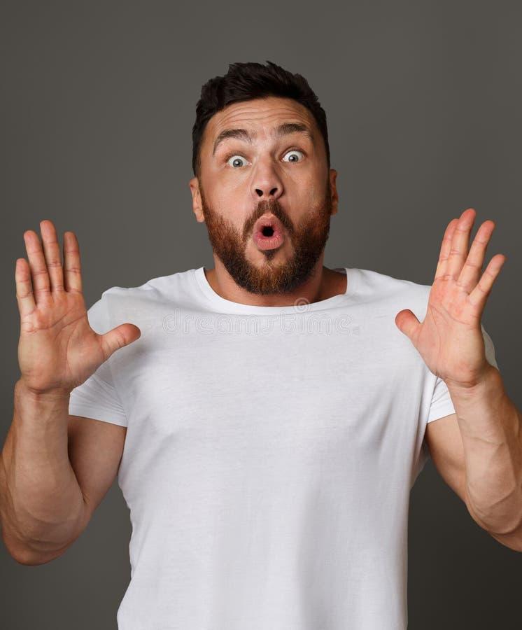 homem farpado surpreendido emocional que está com boca aberta imagens de stock royalty free