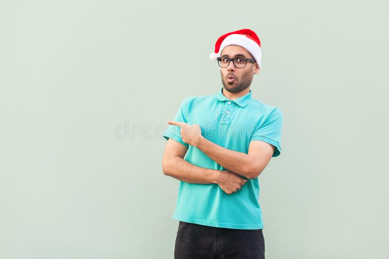 Homem farpado surpreendido no copo do Natal com a barba no shoked ponto imagem de stock royalty free