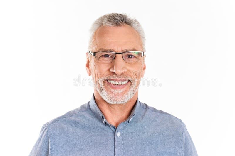 Homem feliz alegre que olham a câmera e sorriso isolado fotografia de stock royalty free
