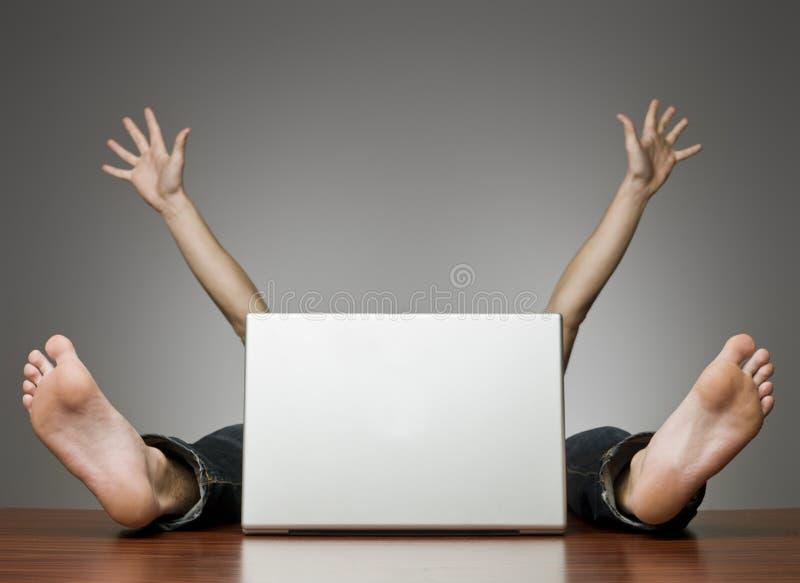 Homem feliz atrás do computador fotos de stock