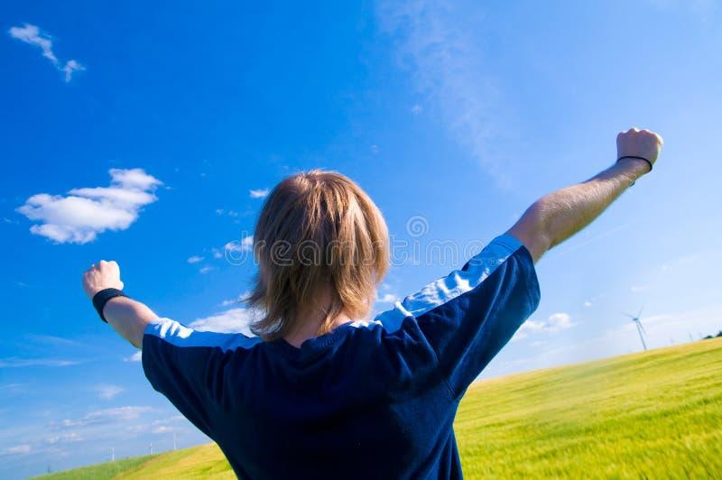 Homem feliz com braços acima imagem de stock royalty free