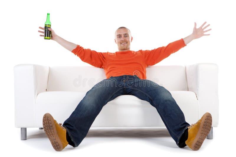 Homem feliz com frasco de cerveja foto de stock royalty free