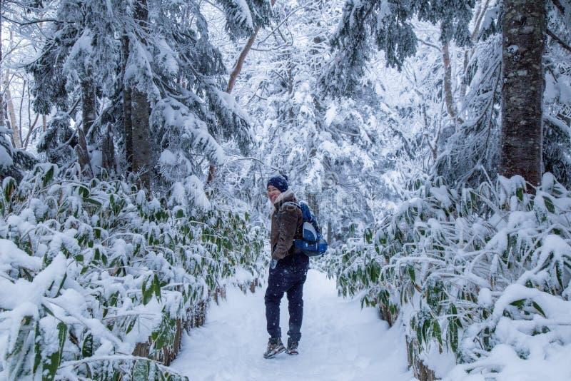Homem feliz com mundo da neve foto de stock royalty free