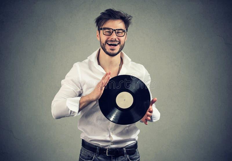 Homem feliz com o disco retro do vinil fotos de stock royalty free
