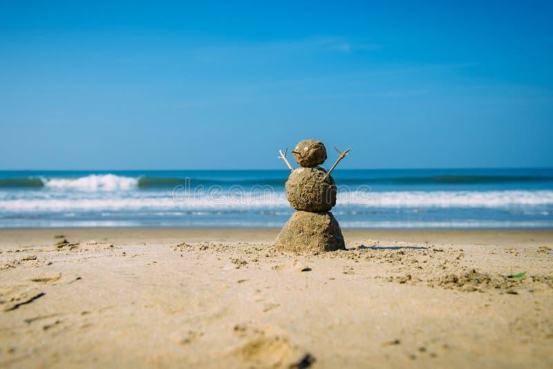 Homem feliz de Sandy na praia do mar contra o c?u nebuloso azul do ver?o - conceito do curso foto de stock royalty free