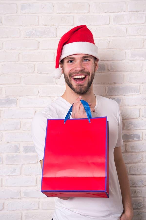 Homem feliz de Santa Homem no presente de Natal da posse do chapéu de Santa Presentes do Natal da entrega A manhã antes do Xmas O imagens de stock
