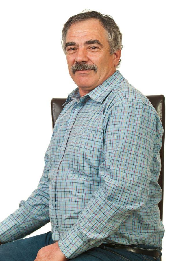Homem feliz do alto executivo na cadeira fotos de stock royalty free