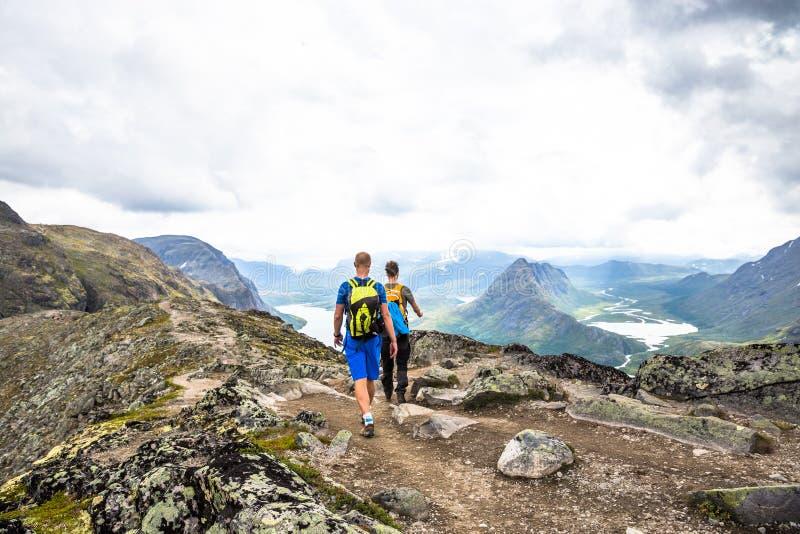 Homem feliz do esporte que caminha em Bassegen noruega imagem de stock royalty free