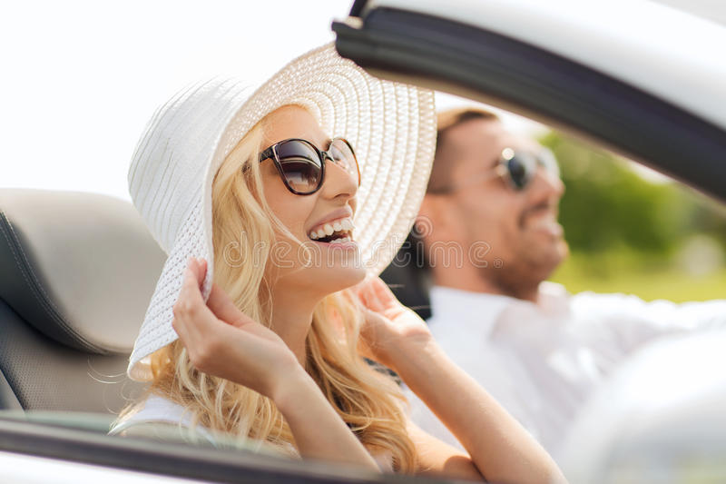 Homem feliz e mulher que conduzem no carro do cabriolet foto de stock royalty free