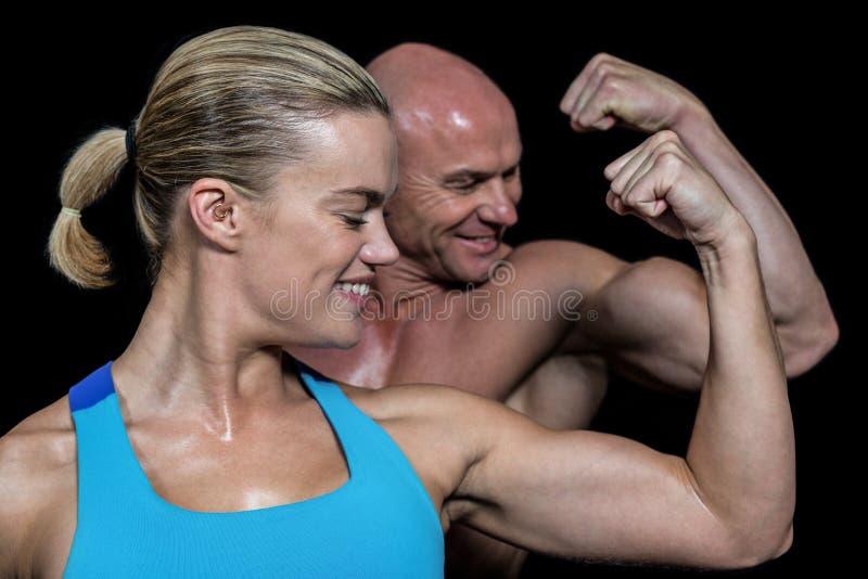 Homem feliz e mulher saudáveis que dobram os músculos fotos de stock