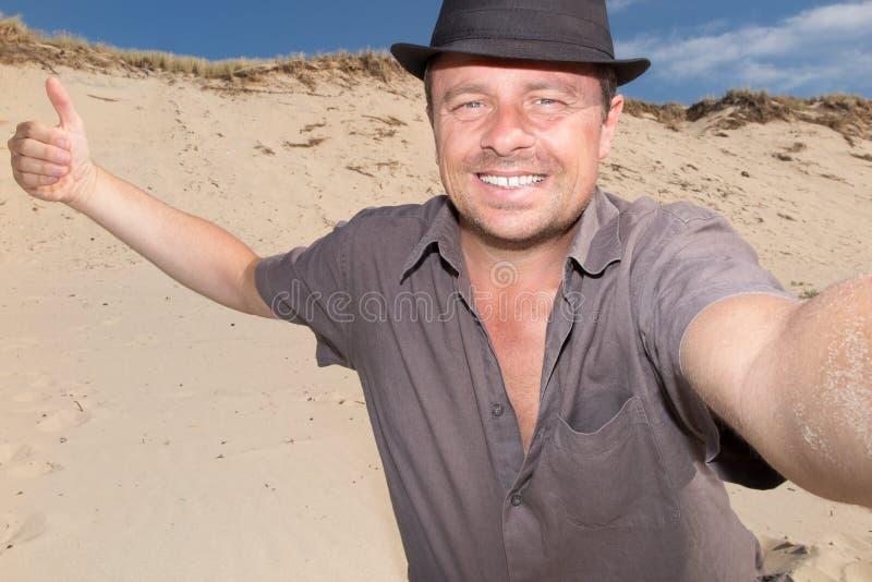 Homem feliz em férias no selfie da tomada da praia fotos de stock royalty free