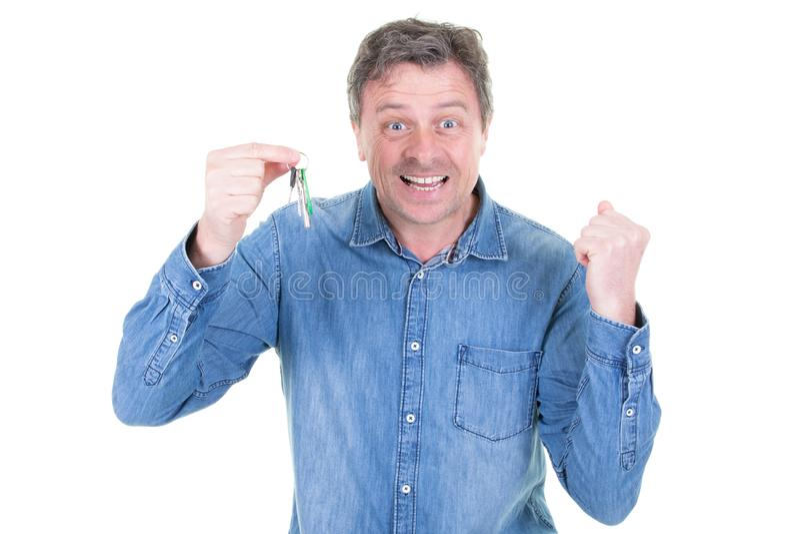 Homem feliz muito positivo que move-se mostrando chaves em sua casa lisa nova foto de stock royalty free