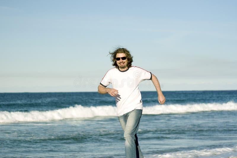 Homem feliz na costa fotografia de stock royalty free