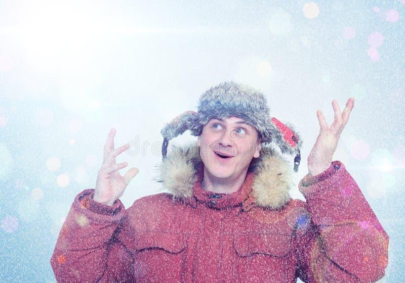 Homem feliz na roupa do inverno Frost, sol, neve, alarga-se foto de stock