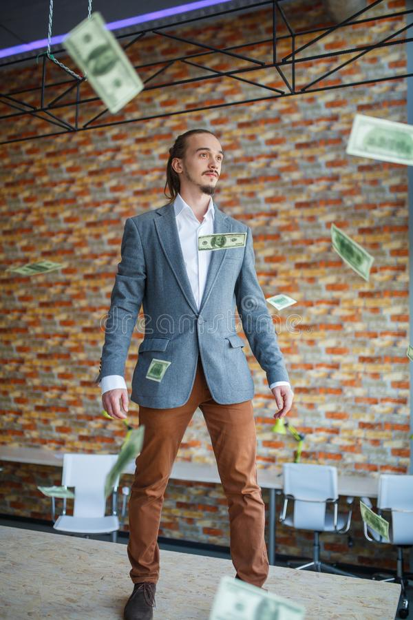 Homem feliz no escritório que está e que levanta na câmera Conceito do negócio fotografia de stock