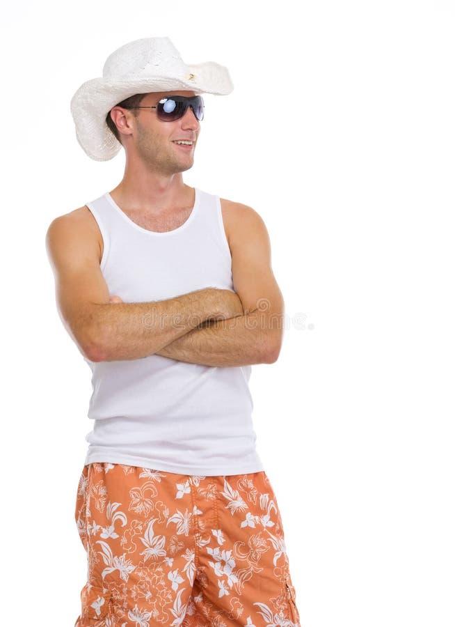 Homem feliz nos óculos de sol que olham no espaço da cópia imagem de stock