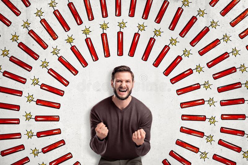 Homem feliz nos punhos marrons da posi??o e de aperto da liga??o em ponte na caixa, olhando a c?mera, na parede com teste padr?o  ilustração stock