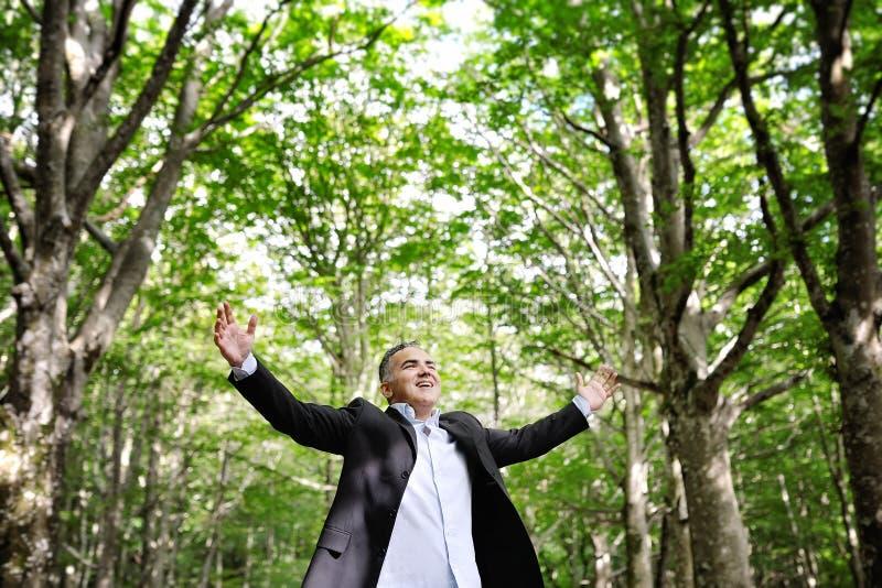 Homem feliz que aprecia a natureza - conceito da felicidade da liberdade fotografia de stock