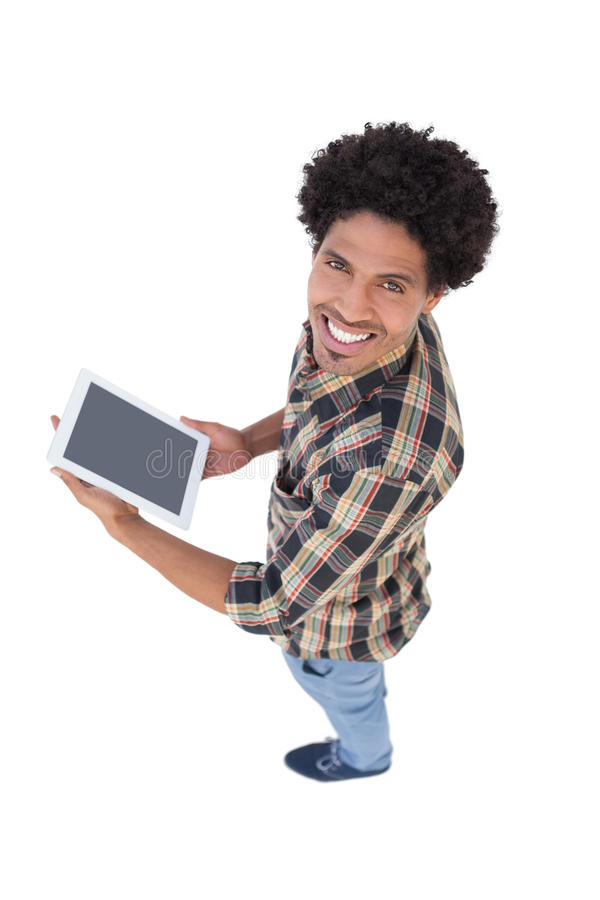 Homem feliz que guarda a tabuleta de Digitas foto de stock royalty free
