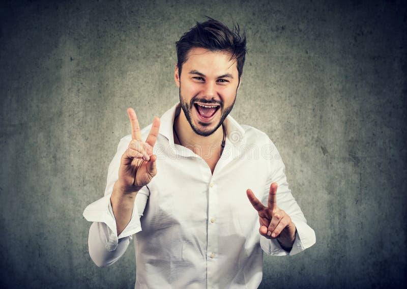 Homem feliz que mostra o sinal aprovado foto de stock royalty free