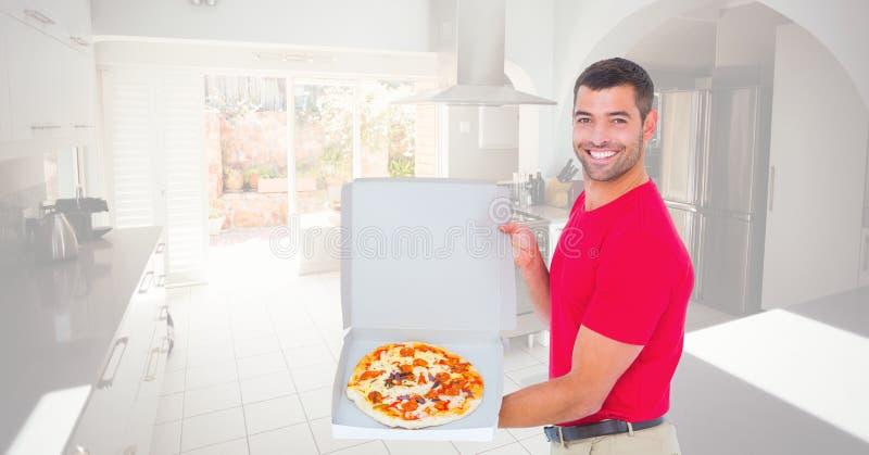Homem feliz que mostra a pizza na caixa fotografia de stock royalty free