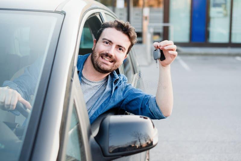 Homem feliz que mostra sua chave nova do carro foto de stock royalty free