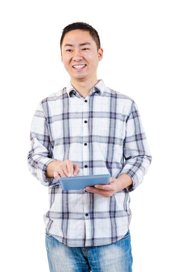 Homem feliz que usa o tablet pc foto de stock