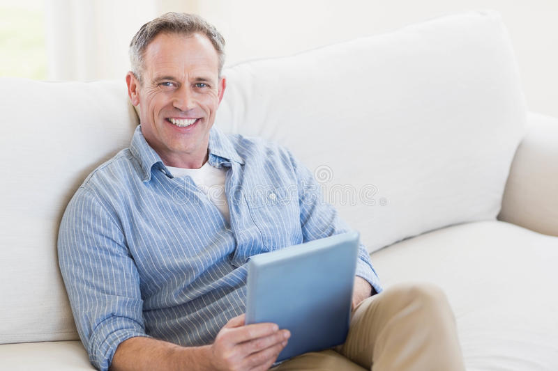 Homem feliz que usa o tablet pc fotografia de stock royalty free
