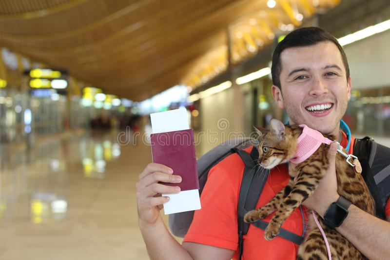 Homem feliz que viaja com seu amigo peludo fotografia de stock