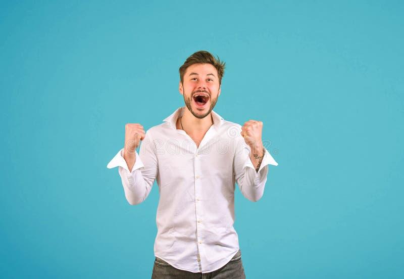 Homem feliz super no fundo azul foto de stock