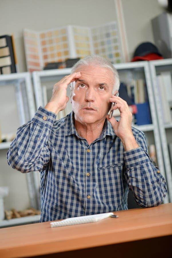 Homem forçado no telefone imagens de stock royalty free
