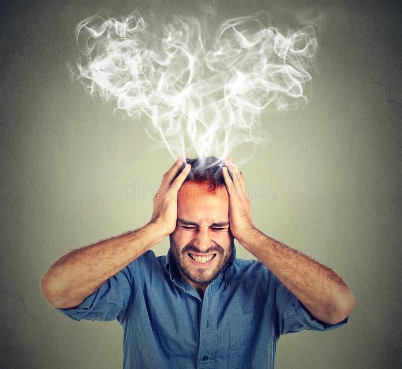 Homem forçado que grita pensando o vapor demasiado duro que sai acima da cabeça fotos de stock