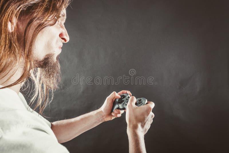 Download Homem Forçado Que Joga Na Almofada Foto de Stock - Imagem de overreact, cópia: 65576926
