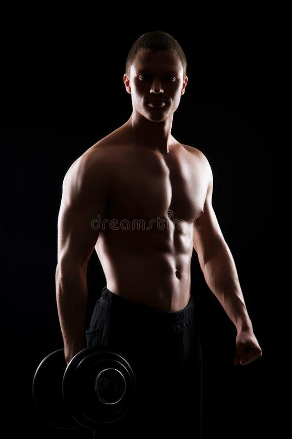Homem forte, apto e desportivo do halterofilista com um peso fotos de stock