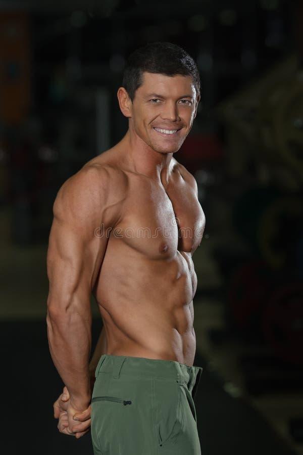 Homem forte com corpo muscular atrativo fotografia de stock royalty free