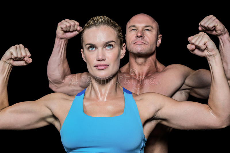 Homem forte e mulher musculares que dobram os músculos fotos de stock royalty free