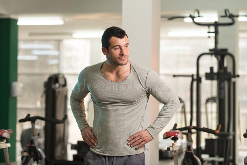 Homem forte no Gym verde do fundo do t-shirt fotos de stock