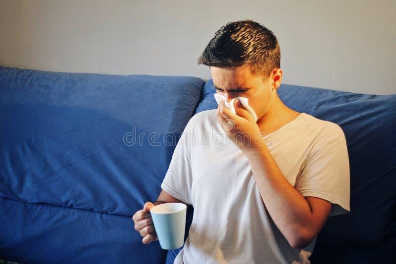 Homem frio com meds e um lenço foto de stock