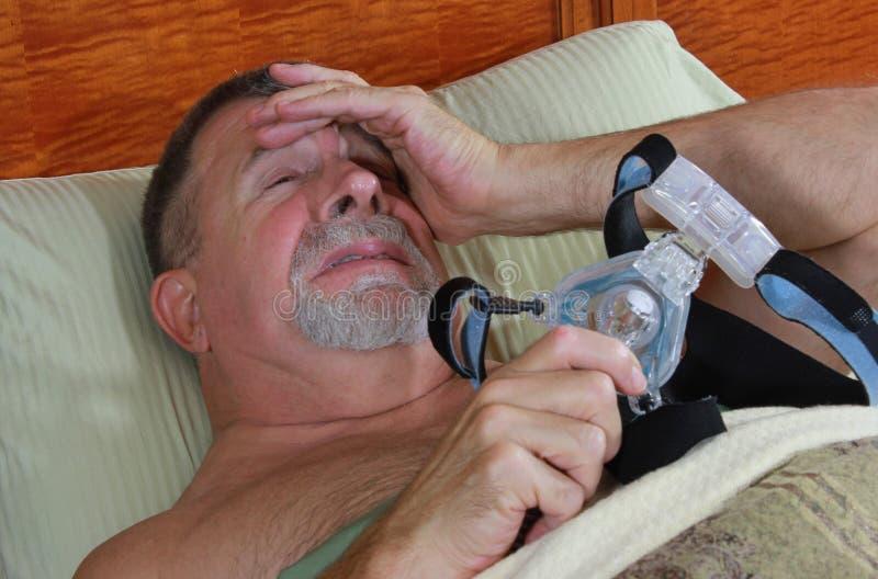 Homem frustrado com CPAP foto de stock royalty free