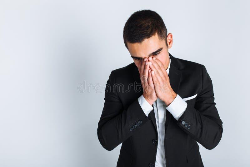 Homem frustrante no estúdio no fundo branco, estilo do negócio, à moda, terno fotografia de stock royalty free