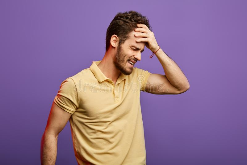 Homem frustrante que tem problemas com cabe?a ap?s o partido da noite Conceito da manuten??o fotos de stock royalty free