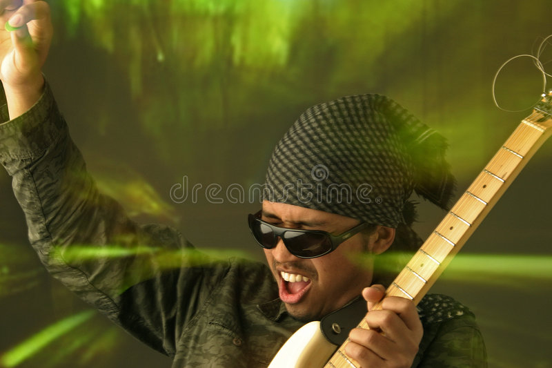 Download Homem Funky da guitarra foto de stock. Imagem de solo, batida - 536306