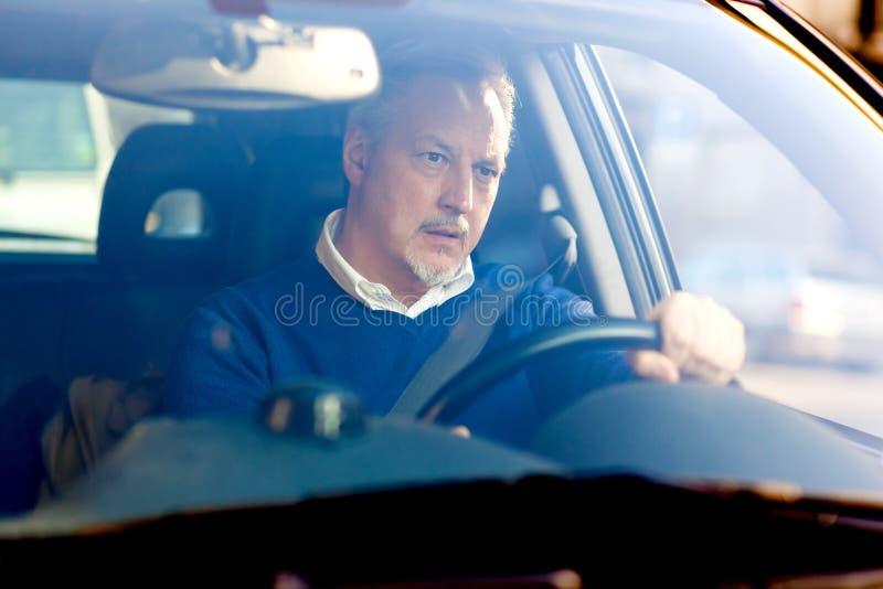 Homem furado que conduz seu carro imagens de stock