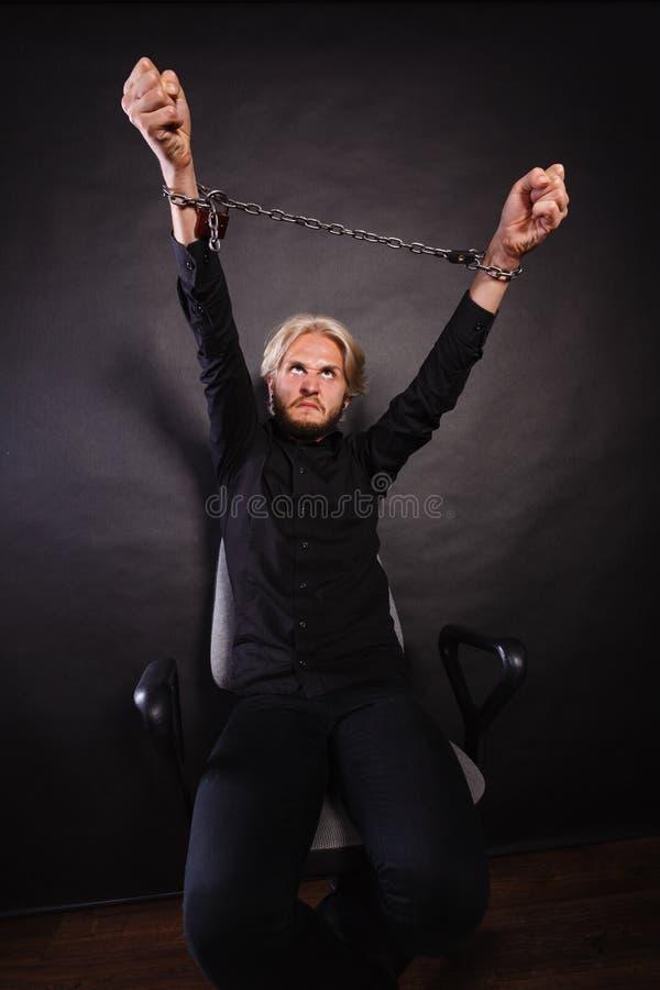 Homem furioso com mãos acorrentadas, nenhuma liberdade fotos de stock royalty free