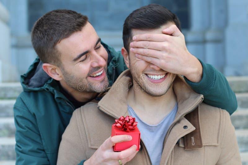 Homem gay estalando a pergunta imagem de stock