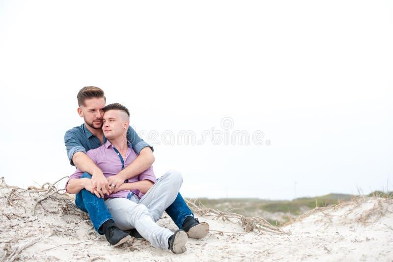 Homem gay que abraçam em uma praia fotos de stock royalty free