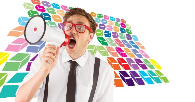 Homem Geeky do moderno que usa o megafone com teste padrão geométrico colorido imagem de stock royalty free