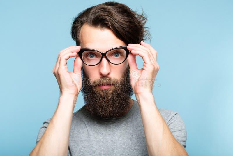 Homem geeky dos vidros farpados do olho de gato da fixação do moderno fotografia de stock